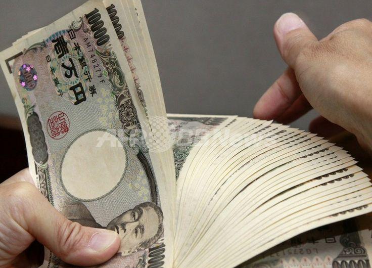 都内の銀行で1万円札を数える行員(2010年9月22日撮影、資料写真)。(c)AFP/Yoshikazu TSUNO ▼9Aug2013AFP 日本の借金、初めて1000兆円超える http://www.afpbb.com/articles/-/2961007 #japan #yen #Debt