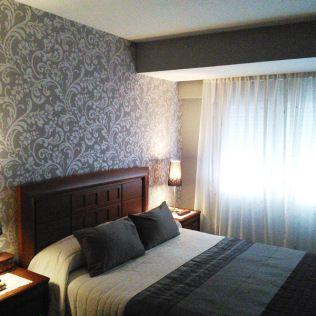 Serranosstudio papel pintado en grises para el cabecero for Papeles para empapelar dormitorios
