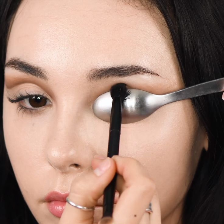 Try out this perfect crease with this easy hack! #perfectcrease #eyeliner #spoon