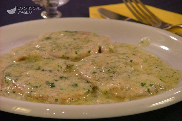 Le scaloppine ai 4 formaggi sono fettine di carne cotte in padella e cosparse di una gustosa crema di formaggio. Servire con fettone di pane casereccio, tipo Toscano, Pugliese o Altamura.