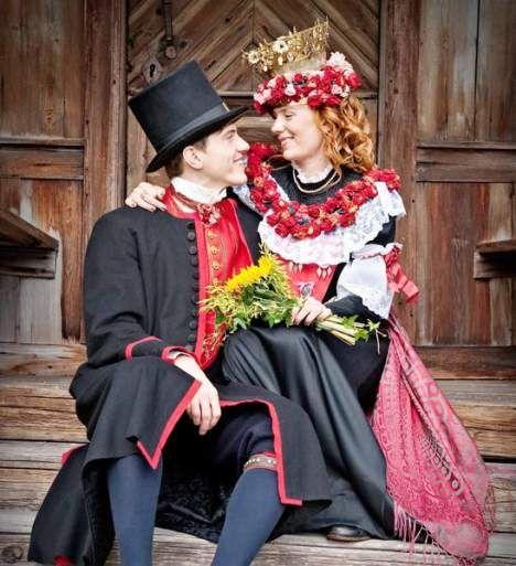 Bride and groom in traditional dresses from Delsbo, Hälsingland region, Sweden. | Brudpar från Delsbo, Hälsingland.