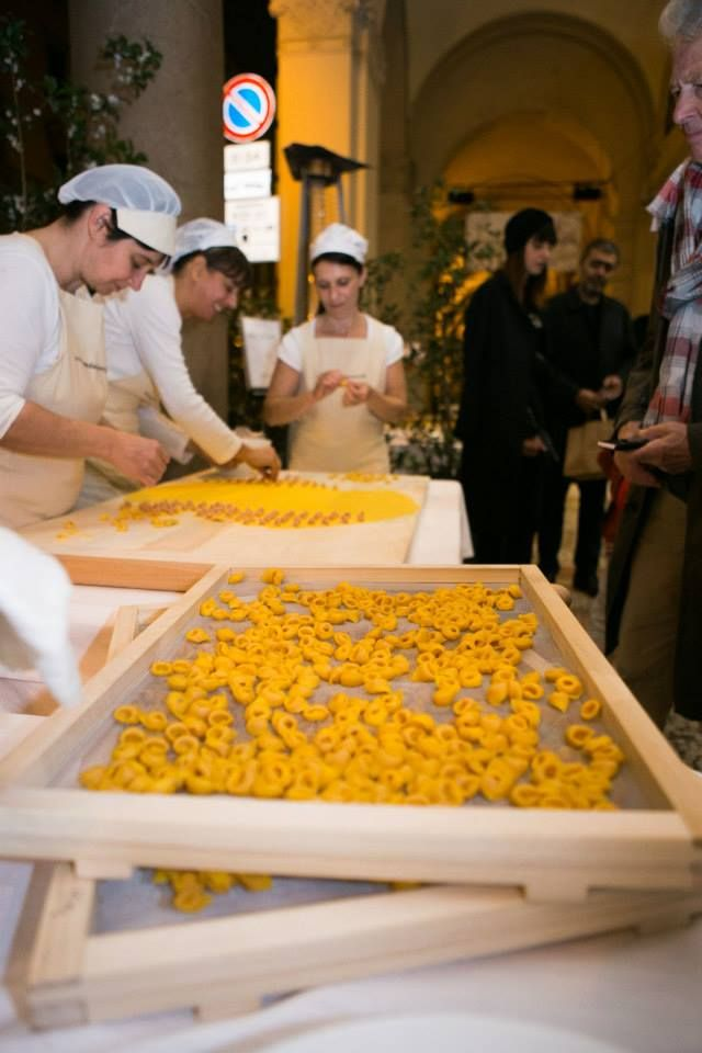 Tortellino bolognese - Ingredienti del tortellino di Bologna: sfoglia di farina e uova.Ripieno a base di: carne di maiale, prosciutto crudo, mortadella, parmigiano reggiano, uova, sale, noce moscata Importante: i tortellini vanno cotti sempre e soltanto nel brodo anche se si desidera mangiarli asciutti Cottura: tuffare i tortellini direttamente nel brodo bollente. Appena verranno a galla attendere un minuto, spegnere il fuoco e lasciare riposare in zuppiera per due o tre minuti prima di…