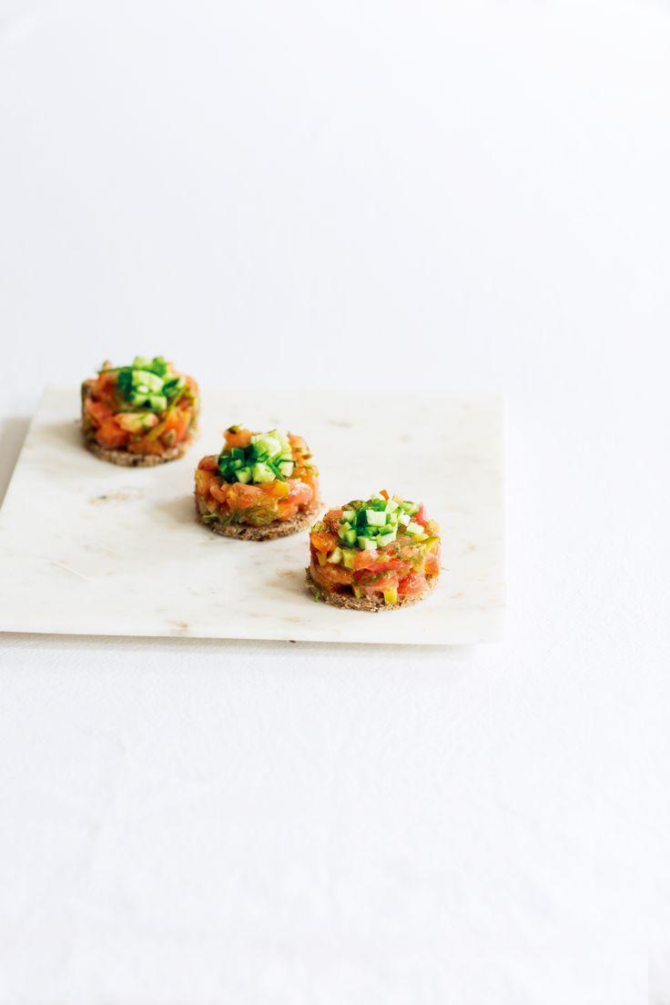 Tomattartar med smaker av kapris, dijon och pepparrot. Ljuvligt vacker och smakrik vegansk förrätt till nyårsmenyn. Här hittar du receptet på tomattartar.