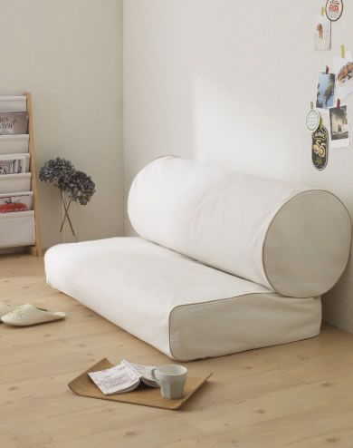 一人暮らしのワンルーム】狭い部屋での布団収納のアイデア集 ... 布団をソファにするアイデア収納!