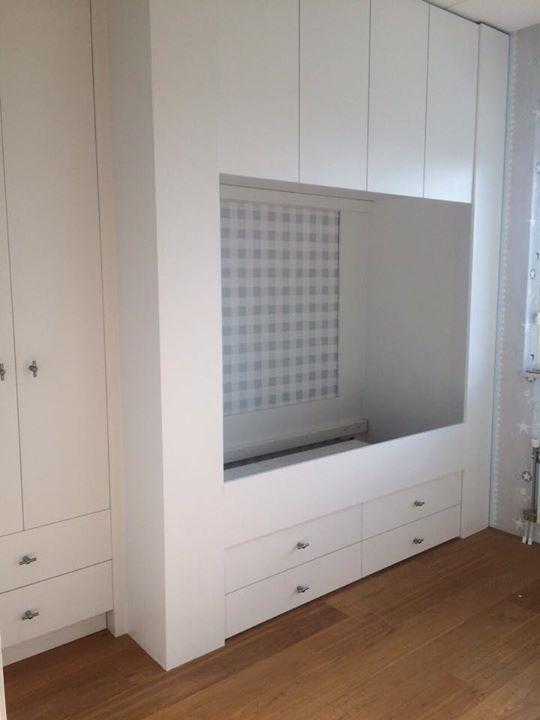 Sijmen interieur / Helemaal passend.... Een knusse bedstee met 4 laden onderin, aan de zijkant een ingebouwde kledingkast. Een optimale benutting van de zijmuur