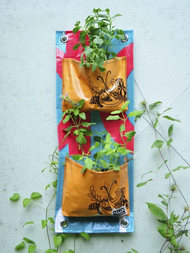 Jardines verticales, realizados en lona vinilica reutilizada de carteles de…