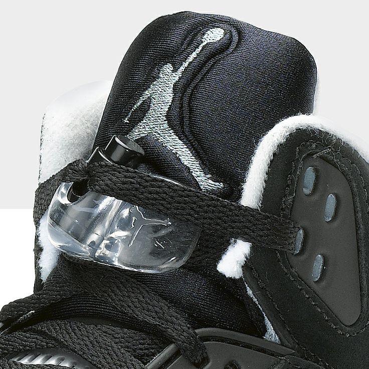 L'unità Nike Air fornisce ammortizzazione mentre la tomaia in pelle e Durabuk offre a questa scarpa un look e una comodità eccezionali.