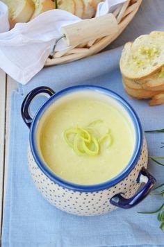 Zupa z pora - zachwyca smakiem, aromatem i jednocześnie prostotą w jej przygotowaniu. Poznaj nas przepis na pyszną zupę z pora z grzankami.