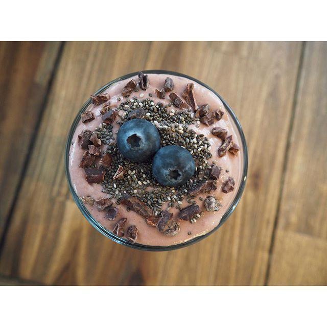 Jeg har en stor svakhet for smoothies - det er så sinnsykt digg!😍 Når det kommer til smoothie er det bare fantasien som setter grenser! Denne ble i alle fall fantastisk god😋😍👇🏼 ----------------------------------------------------Oppskrift: • 1 avokado • 1/2 banan (gjerne frossen) • ca. 2 never frosne jordbær •1 neve blåbær •2-3 ss vanilje yoghurt •mandelmelk (til ønskelig konsistens på smoothien) •hvetegress (kan sløyfes) •matchapulver (kan sløyfes) •2 ts kokosolje •toppes med f .eks…