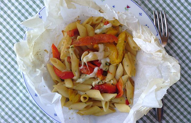 Pasta al cartoccio con peperoni e scamorza
