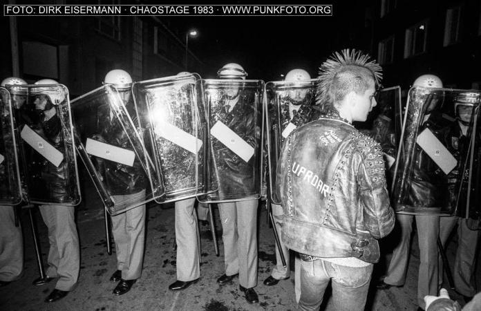 """Ein Foto von den Hannoveraner Chaostagen 1983 - dazu ein neuer  PUNKSPLITTER-Beitrag, diesmal von SCHELLE: """"1983: Hannovertouristen vor dem Abgrund"""" http://de.punkfoto.org/1983-hannovertouristen-vor-dem-abgrund/ Bock, an der Punkgeschichte mitzuschreiben? Dann komm in die Hufe!"""