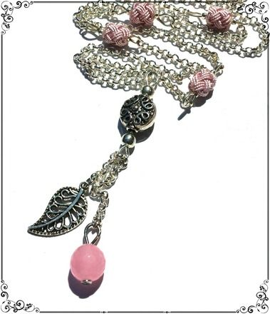Ce sautoir est composé de 4 perles en fil de soie, couleur vieux rose, d'une perle ethnique en forme de palet, d'une breloque en forme de feuille et d'une perle de Jade rose.  L - 18099618