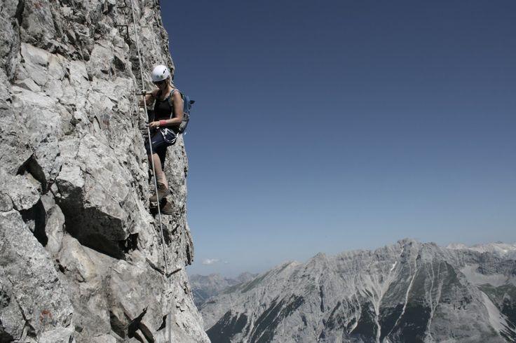 Unterwegs am Innsbrucker Klettersteig auf der Nordkette im Karwendel Gebirge Als ich das erste Mal in der Wiese auf der Seegrube saß, war die...