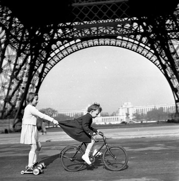 remorqueur du Champ de Mars - Robert Doisneau