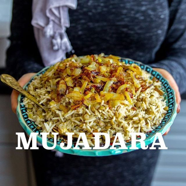 Mujadara- Ris med gröna linser toppad med karamelliserad lök. Jag serverar min mujadara med en syrlig, libanesisk vitkålssallad👌 Fullständigt recept på mujadara och salladen hittar du i länken i min profil➡@zeinaskitchen Du hittar även recept på en god myntatzatsiki i inlägget❤