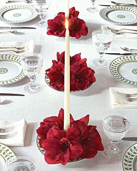 En esta otra mesa, también sencilla y elegante, con mantel de hilo blanco y vajilla con discreto dibujo de hojas, los protagonistas son los centros que se han colocado en platos de la misma vajilla, para los que se han utilizado solo velas largas y unos espléndidos gladiolos