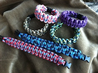 DIY para cord bracelet: stocking stuffer for the boys?  (in their fav colors of course)... they have been liking the 'rubber' bracelets lately... hmmm