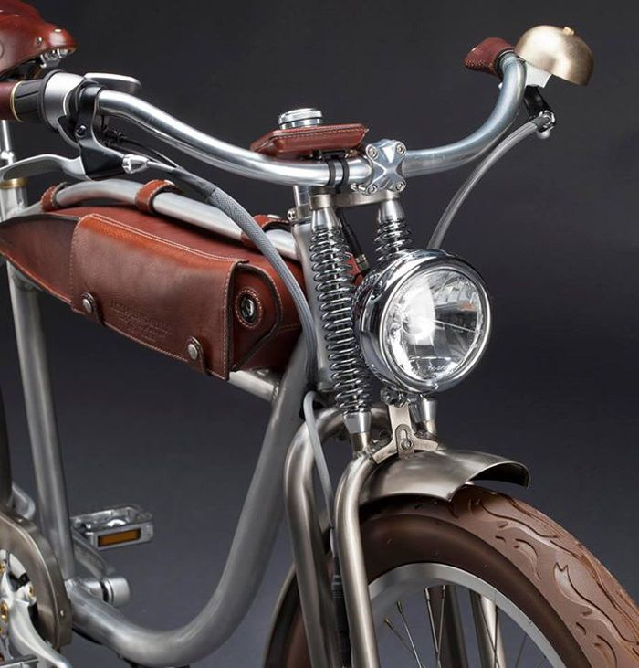 Ascot vélo électrique vintage design par la marque italienne ItalJet - design vintage bicycle with leather accessories