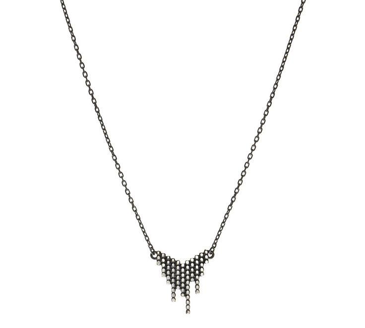 Maria Black Cascade halskæde udført i oxideret sterling sølv - et sejt smykke, der passer til stort set alle outfits!