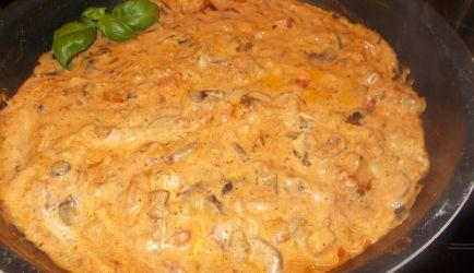 Het recept voor deze - echt verrukkelijke - pastasaus met paddenstoelen en gedroogde tomaten vond ik op internet. Ik heb het recept enigszins aangepast....