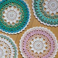 #crochet. Los he hecho todos en blanco y la última vuelta de un color. Los he puesto colgados en la ventana.