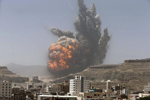 Serangan udara Yaman tewaskan belasan orang  Ilustrasi: Serangan udara di Yaman ke gudang senjata di Sana'a dekat Kedutaan RI  Sebanyak 13 orang tewas di Yaman pada Senin (14/11) akibat serangan udara ke truk bahan bakar oleh koalisi Arab. Pihak koalisi menyatakan truk tersebut mengangkut persediaan kebutuhan bagi kelompok pemberontak Houthi terdiri dari dua tanker yang diparkir di jalan antara kota Yarim dengan ibukota provinsi Ibb. Selain korban tewas petugas medis dan saksi menyebut ada…