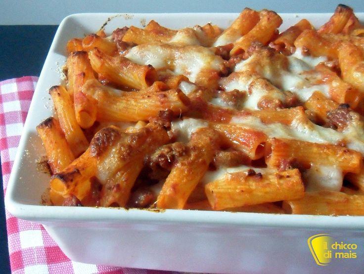 Pasta al forno con ragù di salsiccia (ricetta primo). Ricetta della pasta al forno senza besciamella con sugo di pomodoro e salsiccia e mozzarella