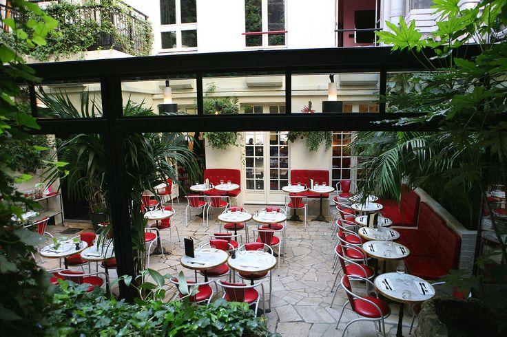 Restaurant | Hotel Amour - 8, rue Navarin 75009 Paris. Expérience à vivre le temps d'une soirée romantique. Un très bon moment à passer sur une terrasse chauffée en hiver ou donnant sur un petit jardin bucolique l'été (pour les chanceux qui réservent à temps). Cet endroit est un havre de paix et promet de bons moments à deux. Les plats sont très bons, pour ma part j'avais pris un filet de bar merveilleusement bien préparé.