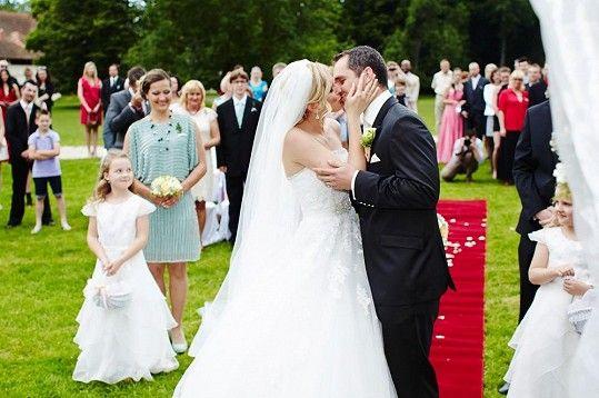 První polibek manželů Hejdových šatech z NUANCE