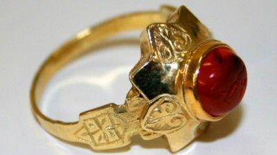 Een gouden ring uit de Middeleeuwen. Dit pronkstuk werd in 2005 gevonden op het terrein van de Fraeylemaborg.