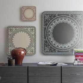 Lustra z grawerowanym wzorem ozdobnym. NOWOŚĆ z targów w Mediolanie! Ścienne, kwadratowe lustro z bogatym zdobieniem. Projekt: Cristian Dal Bianco.