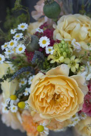 MATRIMONIO ROMANTICO CON I FIORI DI CAMPO - La semplicità dei fiori di campo si unisce a una carica vitale all'insegna di allegria e leggerezza. Scegli margherite timide, anemoni sgarbianti e coloratissime, lavanda profumata, timo, rami di rosmarino. Le piante aromatiche sono un'idea deliziosa per un bouquet originale e venato di buon umore: l'effetto sarà scompigliato, autentico e felice, proprio come te nel giorno più bello della tua vita. #whiteweddingitaly #bouquetSposa #bouquet
