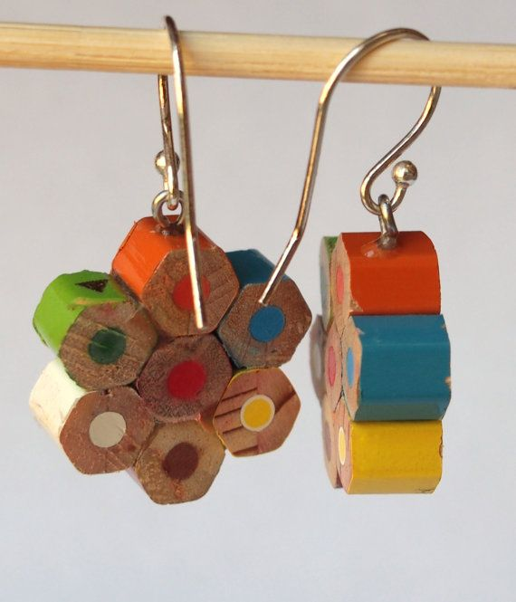 Boucles d'oreilles faites avec des morceaux de crayons de couleur. Elles mesurent environ 3,0 cm.