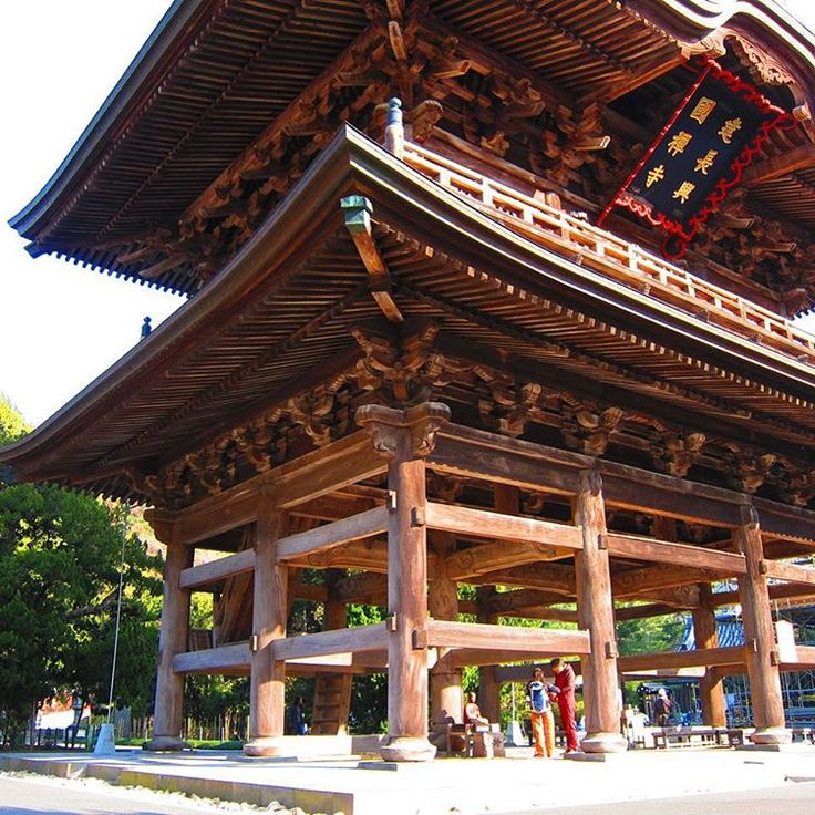 Kenchoji was the first Zen temple to be established in Kamakura and is the oldest Zen training monastery in Japan. The Sanmon gate of the shrine was built in 1754. #nature #japan #travel #autumn