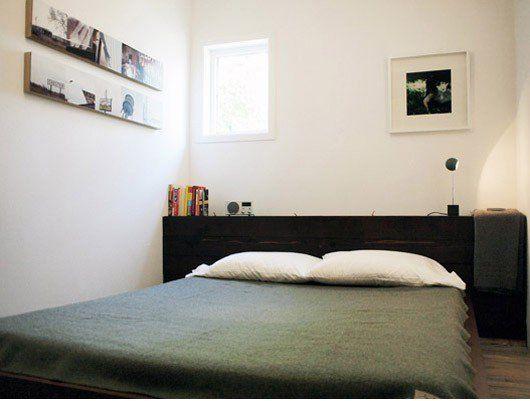 Small Sleeping SpacesRegal hinter Bett als Nachtkästchen