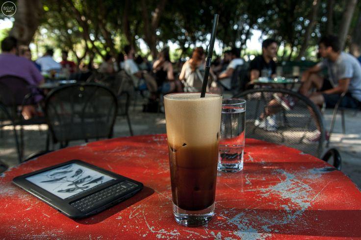 Η λατρεία του καφέ που έγινε εμμονή και κουλτούρα, έχει κατακλύσει τις ελληνικές πόλεις τα τελευταία χρόνια. Φυσικά, από όλο αυτό, δεν θα μπορούσε να λείπει το Ηράκλειο.