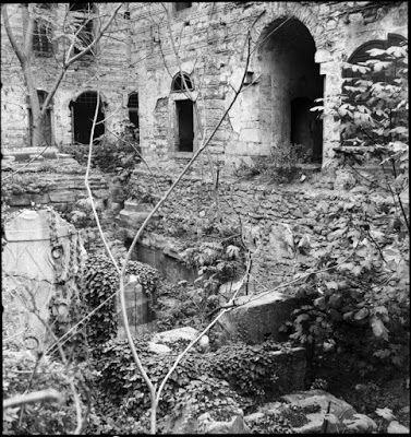 Στήλη και βάση από θραύσματα της Αψίδας του Θεοδοσίου στο Simkeş Hanı, Νοέμβριος του 1945. Μετά την ανακάλυψη αρχιτεκτονικών και γλυπτικών θραυσμάτων κατά τη διεύρυνση της Λεωφόρου Ordu στο Simkeş Hanı, πραγματοποιήθηκαν ανασκαφές (1927-8) από τους Βρετανούς αρχαιολόγους Stanley Casson και David Talbot Rice. ©Nicholas V. Artamonoff Collection, Image Collections and Fieldwork Archives, Dumbarton Oaks.