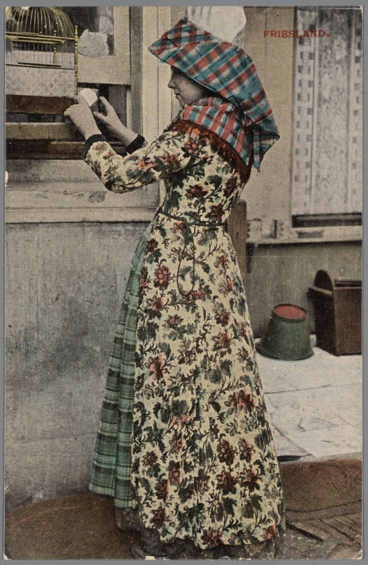 Vrouw, verkleed in Hindeloper streekdracht. 1903-1905 #Friesland #Hindeloopen