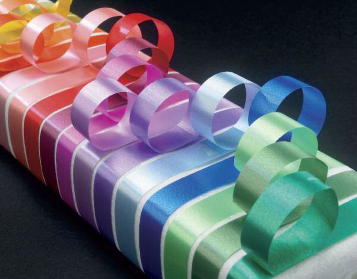 Cinta decorativa lisa, disponible en 4 anchos y 15 colores distintos. Riza fácilmente con las tijeras o un rizador.