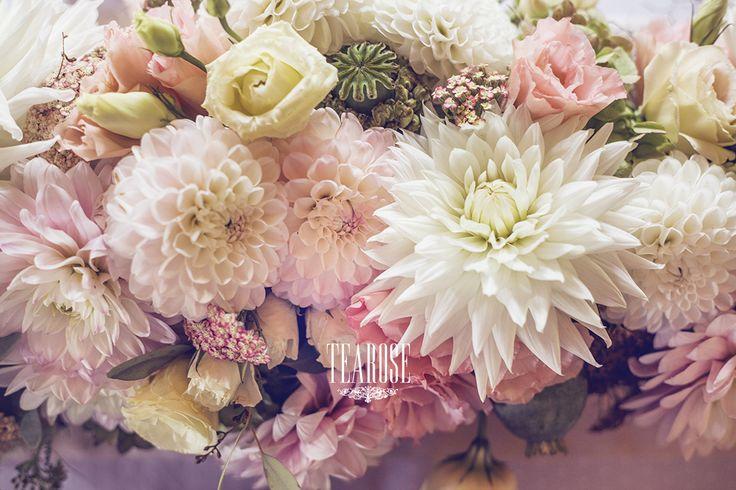 Elegáns erdei-mezei esküvői virágdekoráció dáliával