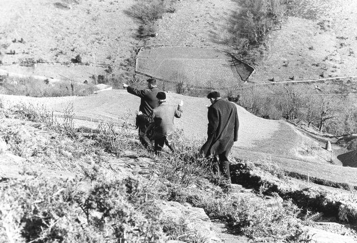 Passage d'immigrés portugais clandestins dans les Pyrénées en mars 1965