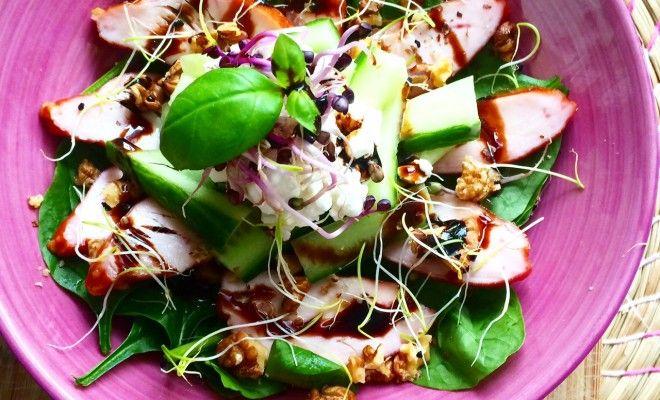 Tijd voor een heerlijke lente salade met kip! Vooral als het zonnetje schijnt is dit recept een aanrader! Heerlijk in de tuin of op je werk!