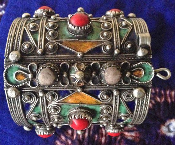 Berber vintage con bisagras esmalte pulsera con plata Filigrein, S de Marruecos  Excelente pulsera, Filigreinwork y decoración se hacen de plata buena. El esmalte es de una calidad muy buena con hermosos colores en amarillo, azul y verde.  Las piedras son de amazonita vidrio blanco y negro.  Diámetro interior de la pulsera: 6,7 cm ancho: 8 cm  Peso 230 gr  Envío con seguimiento  Volver a la tienda online Joyas del desierto: http://www.etsy.com/shop/TuaregJewelry  Todos los artículos son…