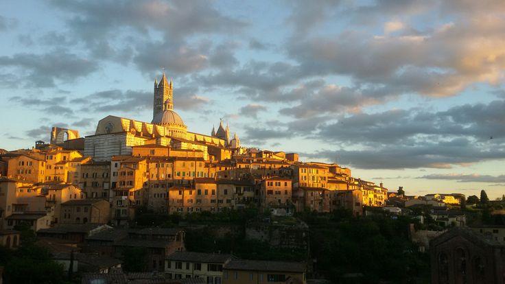 Guardo i vecchi palazzi di Siena,case antichissime dove vorrei poter vivere un giorno,con una finestra tutta mia, affacciata sui tetti color argilla,sulle persiane verdi delle finestre,come nel ten…