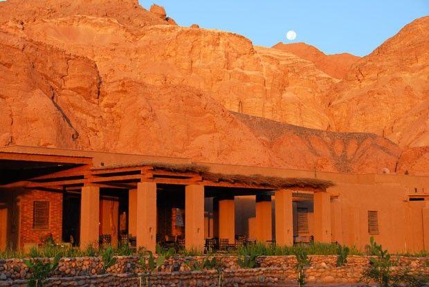 Hotel chileno reverencia o deserto. Projeto sustentável acolhe visitantes no Atacama