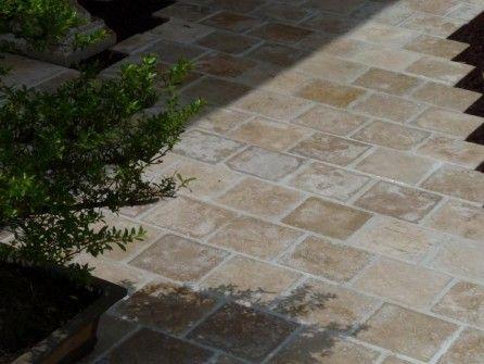 Pavé travertin en pierre naturelle calcaire. Répliques de pavés anciens.
