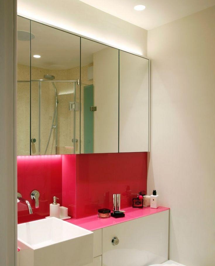 panneau décoratif mural rose vif comme accent dans la petite salle de bains blanche