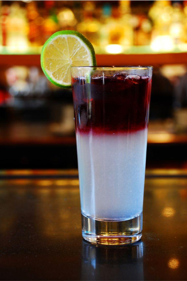 Sangría Contemporánea 1 pala de hielo (150 g). 1 oz. de jarabe natural. 1/2 oz. de jugo de limón. c/s de agua mineral. c/s de vino tinto.   1 rodaja de limón (garnitura)