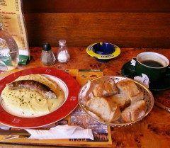 南フランスの片田舎ミヨーのレストラン  チーズのとろけ具合にソーセージも美味かったんだけど一寸高かったかなでも店のアンちゃん英語も通じたし傘までくれたよ(o)1600円くらい  #南フランス #ランチ #レストラン #ソーセージ #英語通じる #海外旅行 tags[海外]