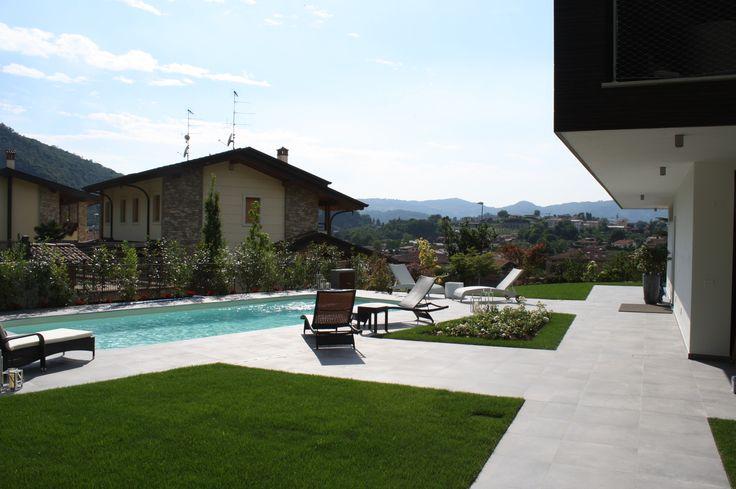 Giardino con piscina - vista villa bifamiliare a Paratico